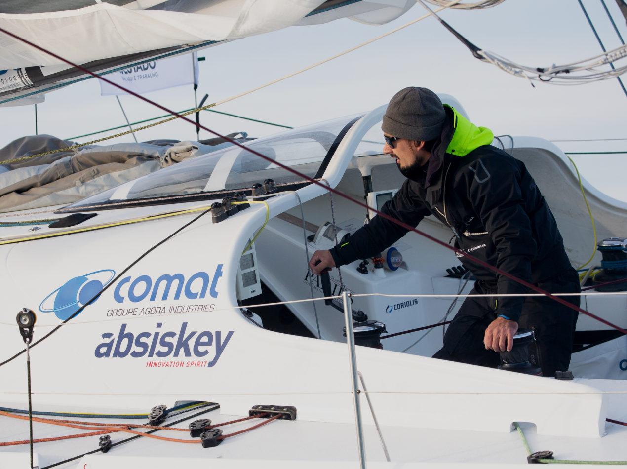 Voilier sponsorisée par Absiskey, entreprise engagée pour le sport et la recherche d'innovations